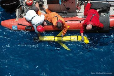 Ausbringen eines Gleiters vom Schlauchboot aus. Was im offenen Ozean funktioniert, hat sich auch in Quelle: Foto: Michael Schneider, FS METEOR (idw)