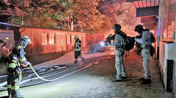 Kräfte der Bundespolizei und der Feuerwehr im Einsatz (Bild: Feuerwehr Celle)