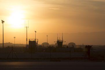 Die Schutz- und Radarsysteme im Feldlager in Mazar-e Sharif/Afghanistan in der Abendsonne /Bild: Bundeswehr Fotograf: Christian Thiel