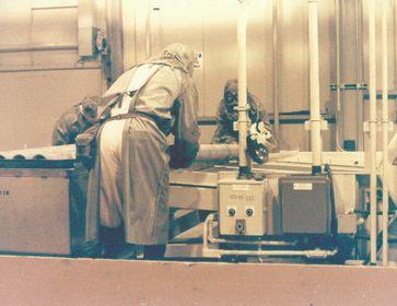 Vernichtung einer mit Senfgas gefüllten Rakete im Johnston Atoll Chemical Agent Disposal System (kurz JACADS)
