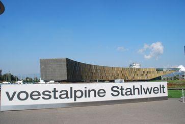 Voestalpine Stahlwelt, Schriftzug beim Eingangsbereich
