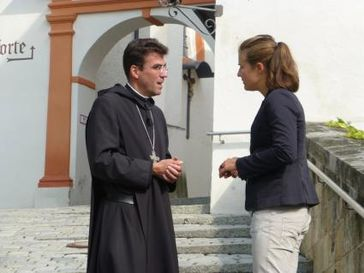 """Kirche und Finanzgewinne - für die Benediktiner kein Widerspruch. Abt Johannes Eckert im Gespräch mit ZDFzoom-Reporterin Nina Behlendorf. Bild: """"obs/ZDF"""""""