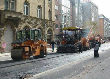 Straßenbau: Asphalteinbau auf einer innerstädtischen Straße