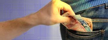 Geld aus der Tasche ziehen, Steuern, Steuererhöhung, Abgaben, Abgabenerhöhung und Betrug (Symbolbild)