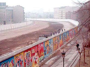 Graffiti auf West-Berliner Seite, auf Ost-Berliner Seite die planierten Anlagen des Luisenstädtischen Kanals, 1986