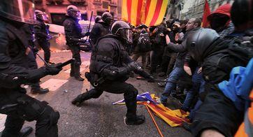 Eskalation in Barcelona: Polizei schießt in die Luft bei Demonstration