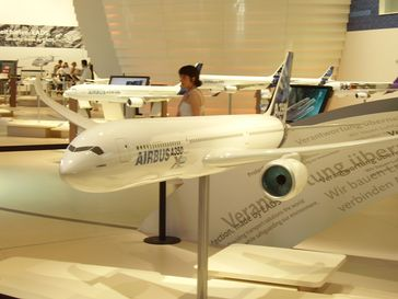 Ein Modell des Airbus A350