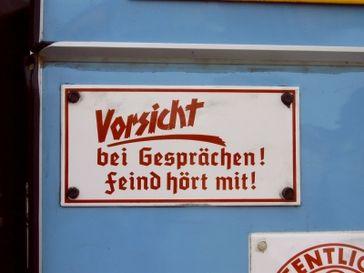 Altes Schild, das heutzutage wieder an Aktualität gewinnt... Bild: Andreas Preuß / pixelio