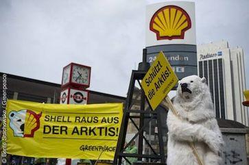 Greenpeace-Aktivisten protestieren am 14.07.2012 vor Shell-Tankstelle am Bahnhof Hamburg Dammtor © Bente Stachowske / Greenpeace
