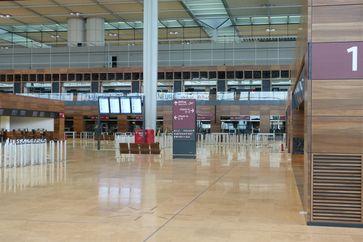 """Flughafen Berlin Brandenburg """"Willy Brandt"""": Blick in die Abflughalle, Mai 2012"""