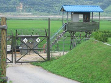 Südkorea: Eine bewachte Abzäunung einige Kilometer vor der demilitarisierten Zone