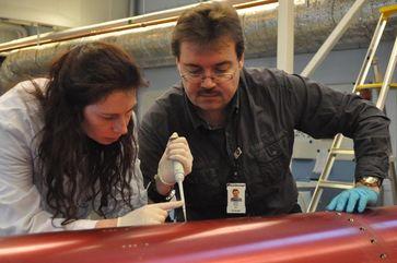 Dr. Cora Thiel und Prof. Dr. Dr. Oliver Ullrich bergen die DNA-Proben von der Aussenseite des Nutzlast-Bereichs der TEXUS-49-Rakete. Quelle: Adrian Mettauer (idw)