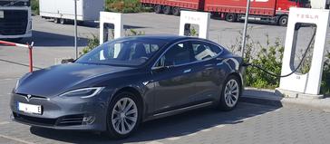 Model S an einem Tesla Supercharger