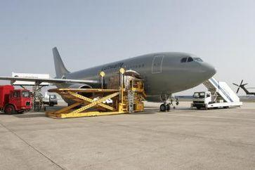 Ein Airbus A310 der Luftwaffe transportiert rund 8.000 EPA von Köln nach Pensacola, Florida. Von dort werden die Versorgungspakete mit Hubschrauber des US Marine Corps in das Katastrophengebiet geflogen.
