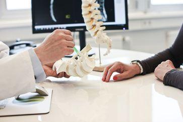 Arzt im Patientengespräch (Symbolbild)