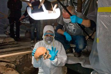 Exhumierung des Skeletts im Frühling 2012. Quelle: Bild: Archäologischer Dienst Graubünden (idw)