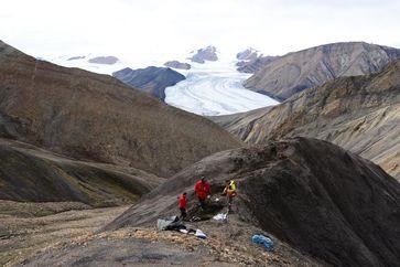 Beprobung kreidezeitlicher Sedimente am Lost Hammer Diapir auf Axel Heiberg Island. Quelle: © Claudia Schröder-Adams (idw)