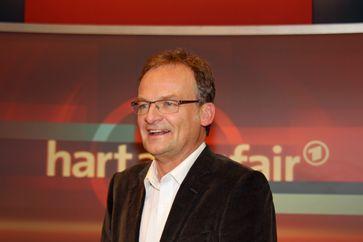 Frank Plasberg vor der Kulisse der Sendung im WDR Studio Köln