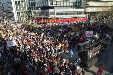 Über 10.000 Menschen demonstrieren für ein freies Netz in Stuttgart: SaveYourInternet in Stuttgart