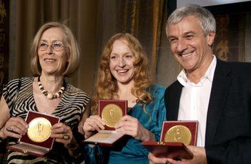 Brigitte Hobmeier (Mitte) mit Dagmar Hirtz und Peter Probst 2011 bei der Verleihung des Fernsehpreises der Österreichischen Erwachsenenbildung