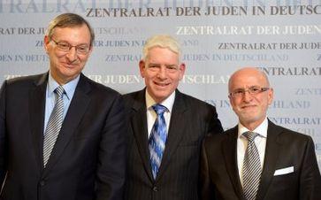 Zentralrat der Juden in Deutschland: Der neue Präsident Dr. Josef Schuster (mitte) mit den neu gewählten Vizepräsidenten Abraham Lehrer (links) und Mark Dainow (rechts).