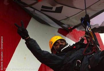 Kumi Naidoo, Geschäftsführer von Greenpeace International, protestiert mit fünf weiteren Greenpeace-Aktivisten an der Gazprom-Ölplattform Prirazlomnaya in der Petschorasee in Russland.  Bild: Denis Sinyakov / Greenpeace