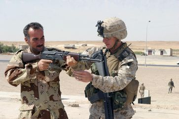 Ausbildung eines irakischen Soldaten an der AK-47 durch einen Offizier des United States Marine Corps.
