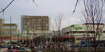Der Haupteingang des Olympia-Einkaufszentrums (OEZ) in München, 2007
