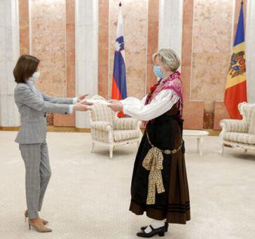 Lea Stančič, in Nationaltracht, überreicht ihr Beglaubigungsschreiben an die Präsidentin der Republik Moldau Bild: Demokracija / UM / Eigenes Werk