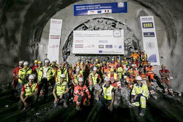 """Um 08:27 Uhr bohrte sich die Tunnelbohrmaschine """"Günther"""" von Norden kommend Richtung Süden durch die letzten Gesteinsbrocken.  Bild:     BBT-SE/STRABAG/Jan Hetfleisch"""