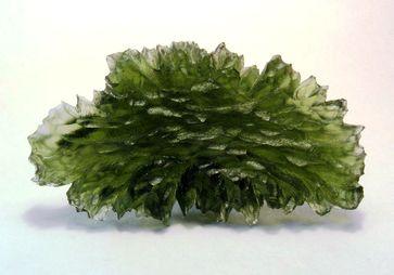 Natürliches Glas: ein Moldavit; die grüne Farbe rührt hauptsächlich vom Eisenoxid im erschmolzenen Sand (Symbolbild)