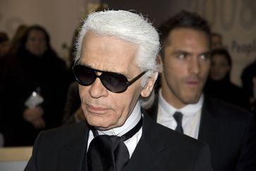 Karl Lagerfeld mit Sebastien Jondeau im Hintergrund (Februar 2008)