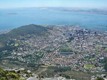 Blick auf Kapstadt mit dem Waterfront Harbour und Robben Island vom Tafelberg aus.