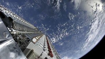 Zwei Stapel mit insgesamt 60 Starlink-Satelliten auf einer Falcon‑9-Oberstufe