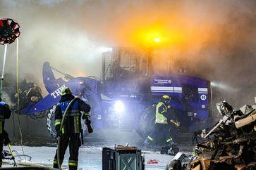 Das THW unterstützt die Löscharbeiten nach einem Brand in einem Recyclingbetrieb. Bild: THW