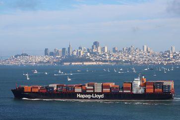 """Rund um die Welt unterwegs: Ein Hapag-Lloyd Schiff vor San Francisco. Bild: """"obs/Hapag Lloyd AG"""""""