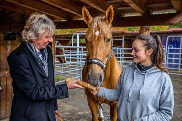 Prof. Uwe Frank forscht zur Heilkraft der Meerrettichpflanze - Pferden soll die Meerrettichwurzel bei Hufleiden helfen. Bild: ZDF Fotograf: ZDF/Stefan Spoo