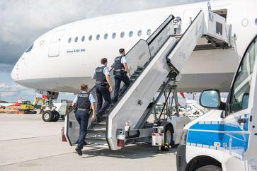 Bundespolizisten am Münchner Airport gehörten zu den ersten, die die neue Erdenbürgerin auf dem Boden begrüßen durften (Symbolbild). Bild: Bundespolizei