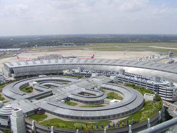 Flughafen Düsseldorf: Blick vom DFS-Kontrollturm auf das Flughafengebäude