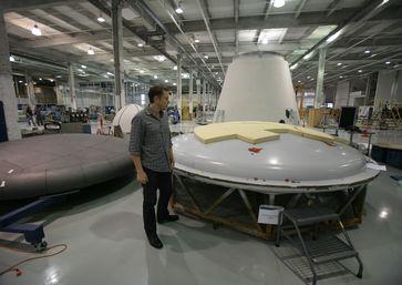 Elon Musk inspiziert einen Hitzeschild in der SpaceX-Montagehalle (2008)