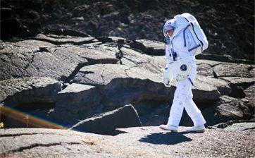 Michael Lye testet seinen Mars-Raumanzug auf dem Krater Kilauea Iki auf Hawaii.