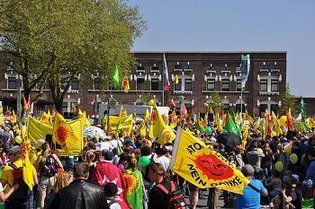 15.000 Menschen demonstrierten Ostermontag in Gronau gegen die Urananreicherungsanlage und für die sofortige Stilllegung aller Atomanlagen. Bild: BBU