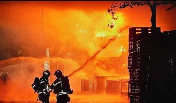 Löscharbeiten Feuerwehr Bild: Polizei