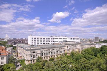 Blick vom Dach des Eugene-Paul-Wigner-Gebäudes auf das Hauptgebäude der Technischen Universität Berlin