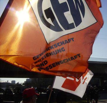 GEW Gewerkschaft Fahnen mit altem und aktuellem Logo