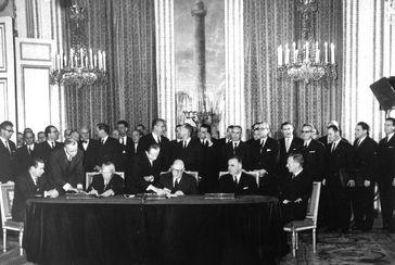 Unterzeichnung des Vertrages im Pariser Élysée-Palast