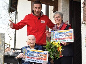 Mutter Hildegard und Tochter Annemarie freuen sich gemeinsam mit Lotterie-Botschafter Kai Pflaume über ihren Gewinn. Bild: Deutsche Postcode Lotterie Fotograf: Wolfgang Wedel