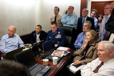 Der Nationale Sicherheitsrat verfolgt die Operation in einem Nebenraum des White House Situation Room. Aufgenommen von Pete Souza zum Zeitpunkt, als einer der eintreffenden Hubschrauber abstürzt.[42]