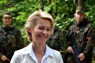 Ursula von der Leyen mit Bundeswehrsoldaten (2014)