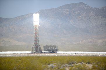 Solarkraftwerk Ivanpah: Ein in Betrieb genommener Turm